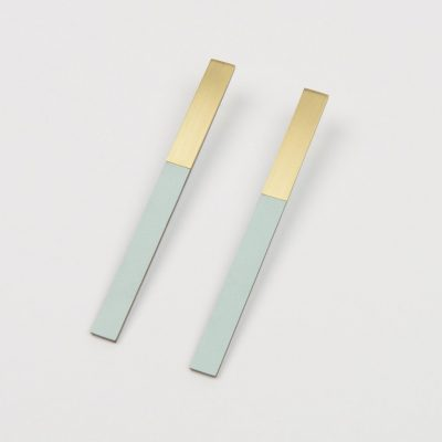 Form bar earrings brass and ice