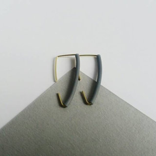 small brass and rubber earrings by andlolita